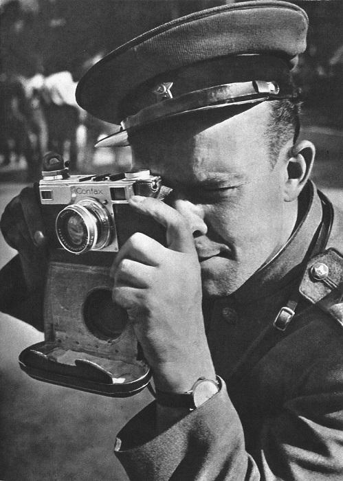 Советский офицер делает снимок на память.