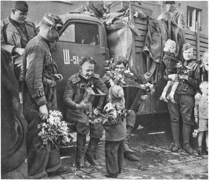 Чешские дети дарят цветы советским военным