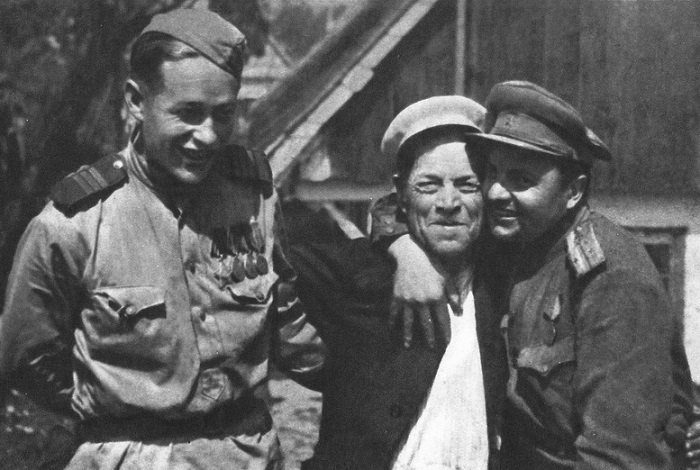 Советские сержант и лейтенант фотографируются с жителем Чехословакии.