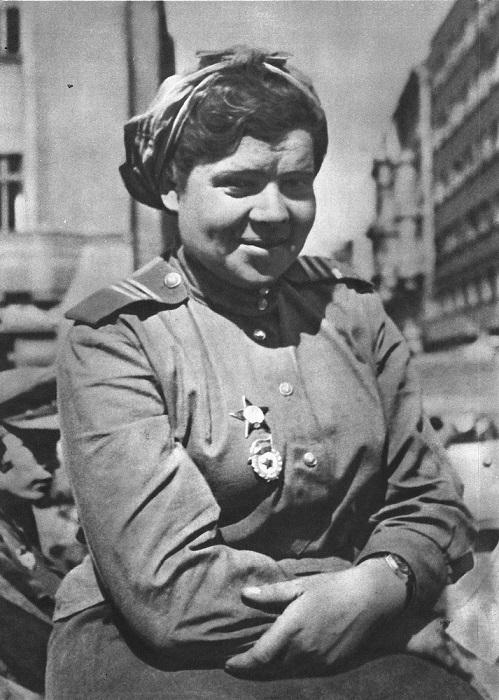 Советская девушка-военнослужащая в Праге.