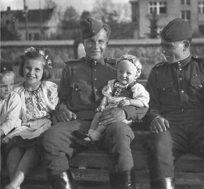Офицеры с чешскими детьми в освобожденной Праге.
