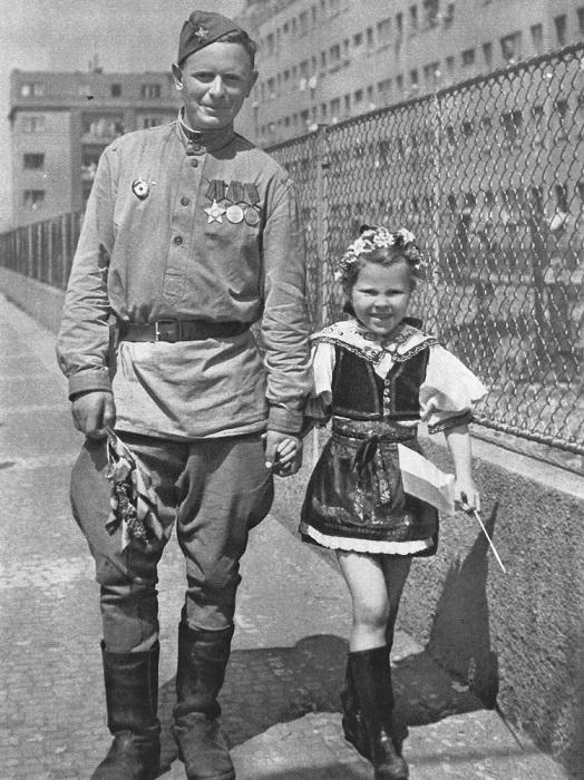 Солдат с чешской девочкой в национальном костюме.