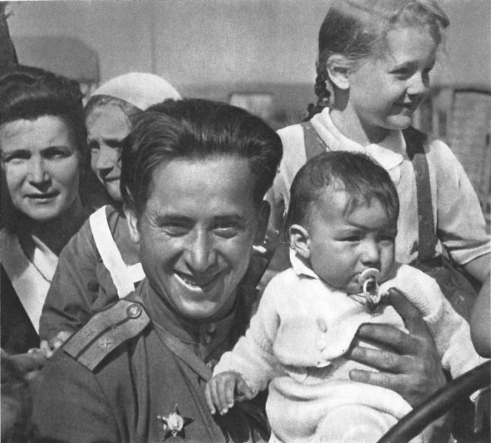 Старший лейтенант Красной Армии среди чешских детей.