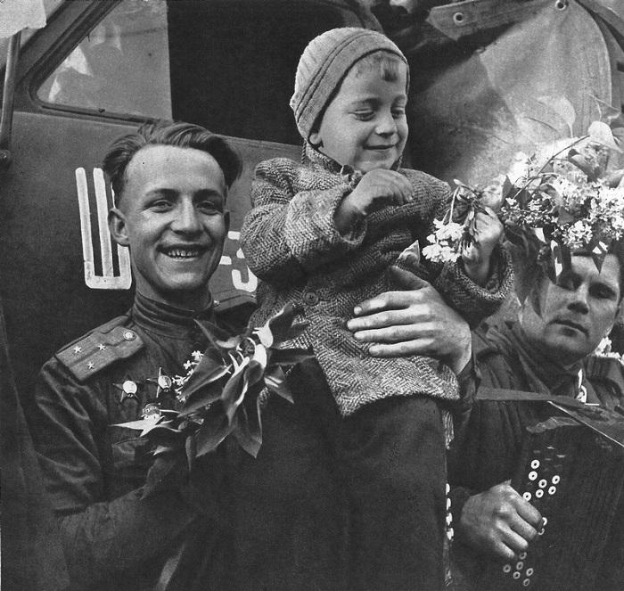 Гвардии старший лейтенант советских войск с чешским ребенком.