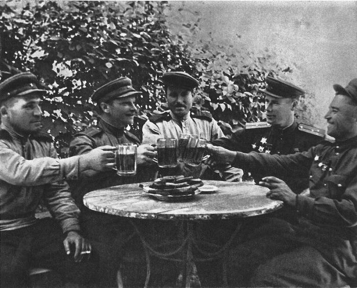 Советские офицеры, сержанты и старшины пьют пиво в мирные дни, наступившие в Чехословакии.