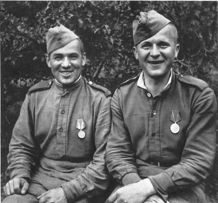 Два солдата с медалями «За отвагу» в Чехословакии.