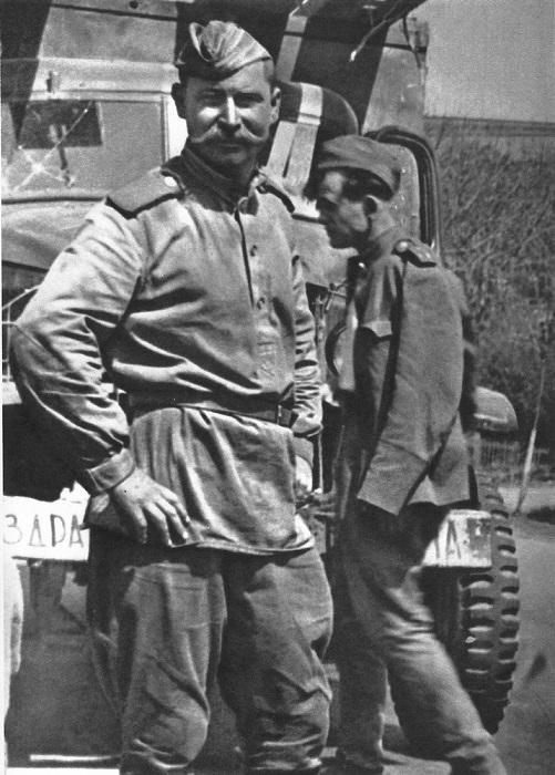 Советский солдат у грузовика. Лейчков, Чехословакия.