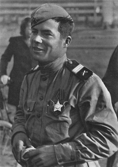 Советский сержант-артиллерист в Праге.