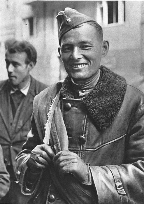 Солдат среди жителей Праги.