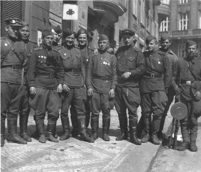 Красноармейцы на улице Праги.
