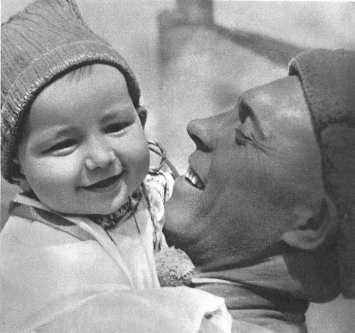 Солдат с чешским ребенком на руках.