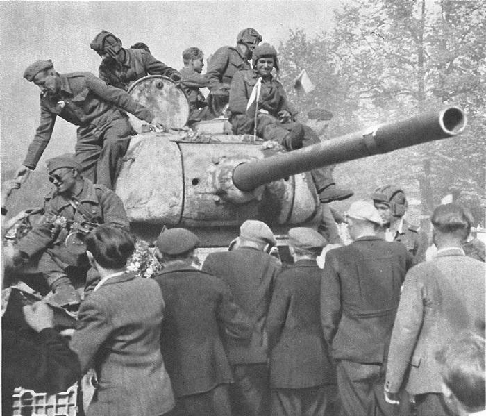 Жители Праги встречают советский танк Т-34-85 из состава освободителей.