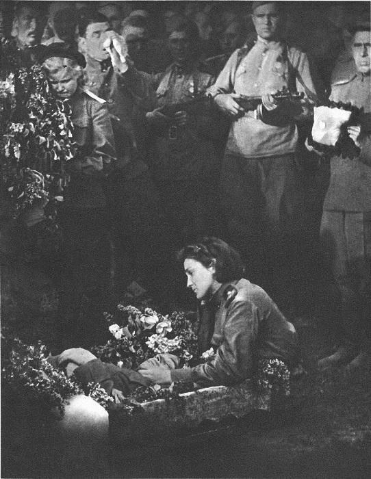 Солдаты прощаются с товарищем, погибшим при освобождении Чехословакии.
