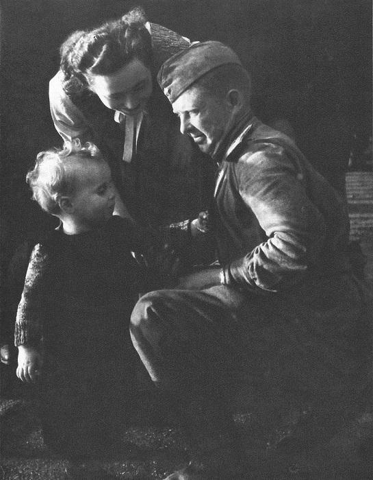 Чешская девочка и ее мама общаются с советским солдатом.