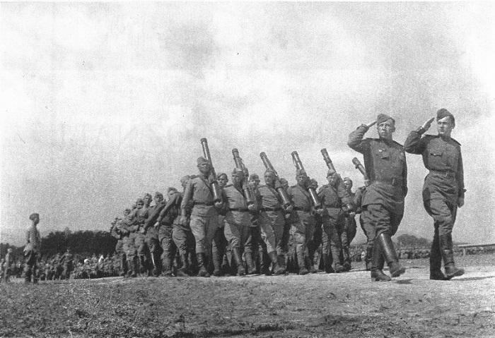 Смотр советских войск в Чехословакии.