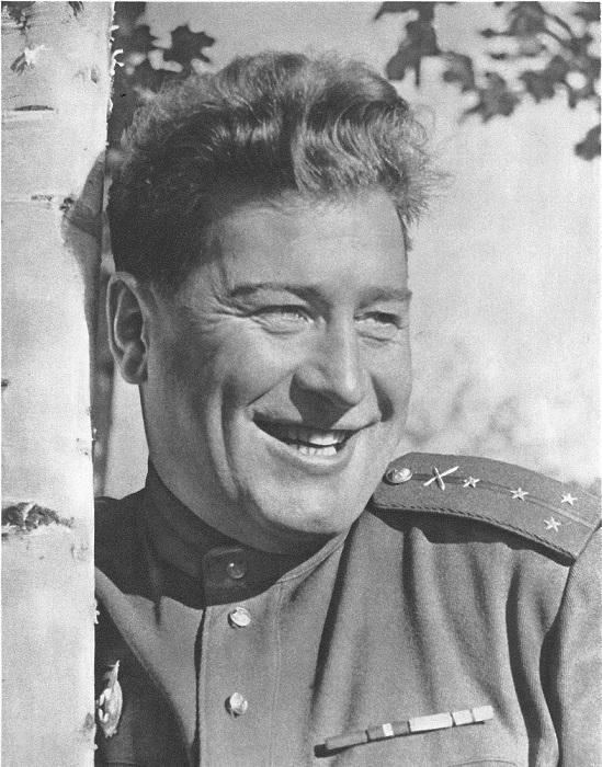Советский капитан артиллерии в Чехословакии.