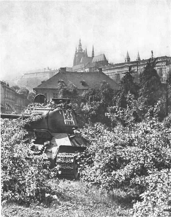 Танк Т-34-85 в цветущем саду под пражским кремлем.