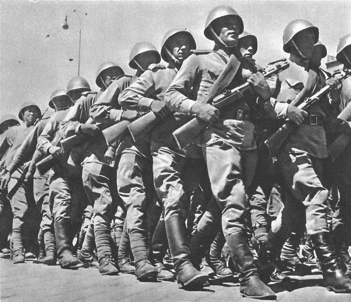 Советские солдаты маршируют на параде в Чехословакии.