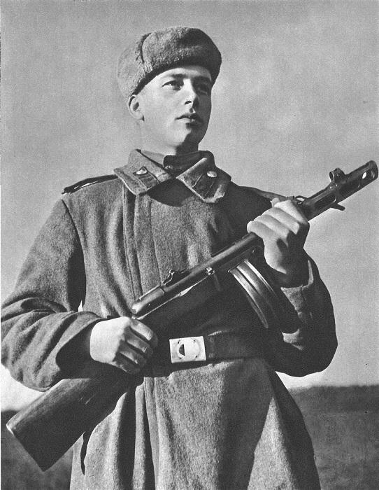 Советский солдат с автоматом ППШ в Чехословакии.