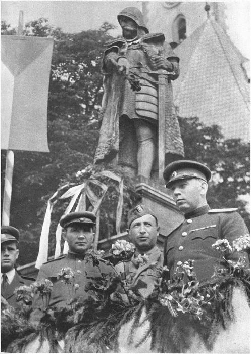 Советские офицеры с чехословацкими военными стоят у памятника чешскому полководцу и национальному герою Яну Жижке в городе Табор.