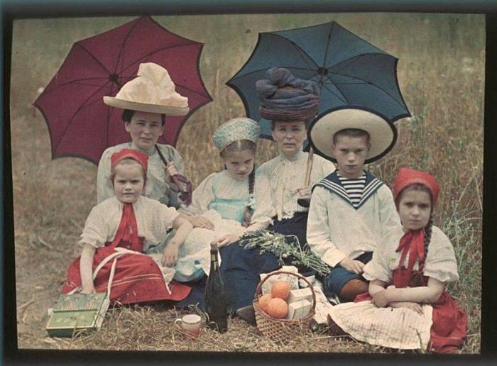 Таня, Наташа, Коля и Лиза Козаковы, Вера Николаевна Веденисова и Елена Францевна Базилева.