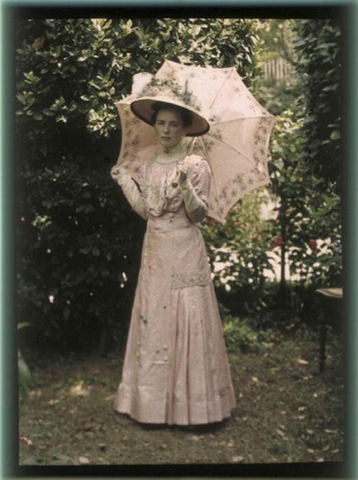 Вера в красиврм убранстве в Ялте, 1914 год.