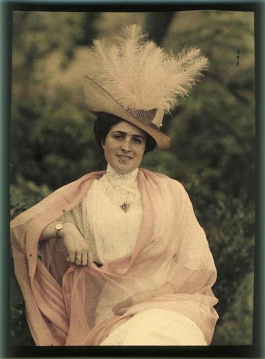 Портрет женщины в шляпе с перьями.