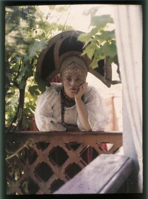Женщина с кокошником.