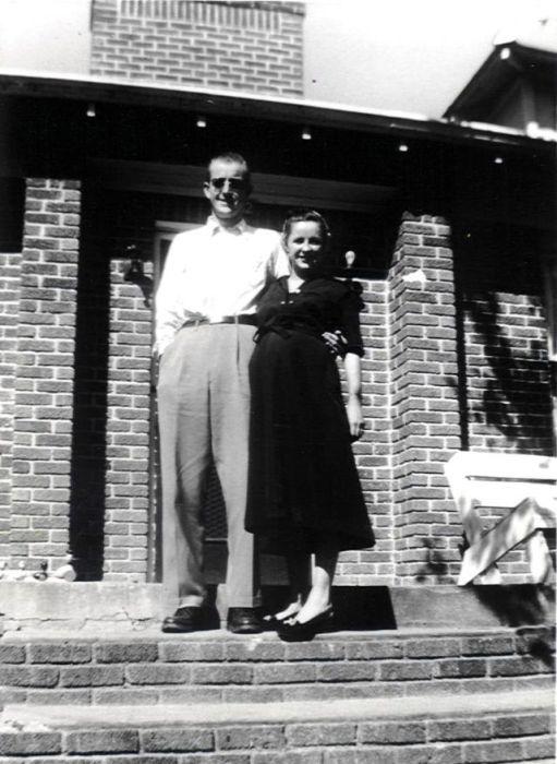 Любящие родители на ступенях своего дома.