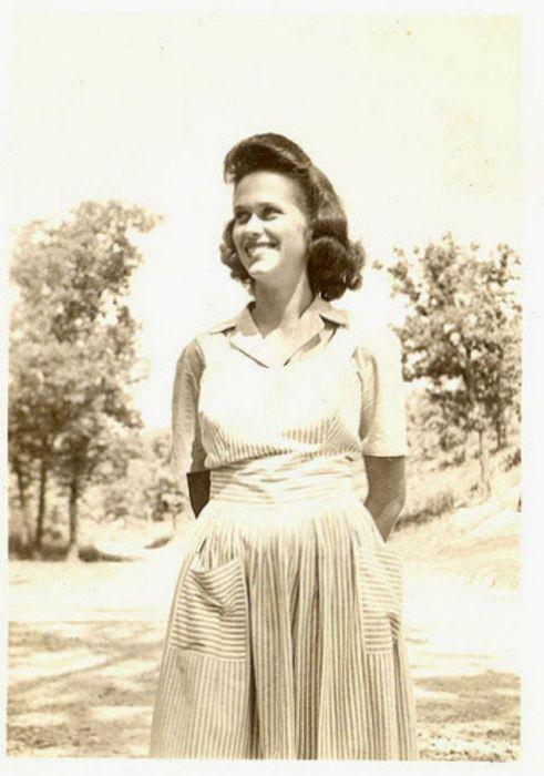 Жизнерадостная и красивая женщина на прогулке в парке.