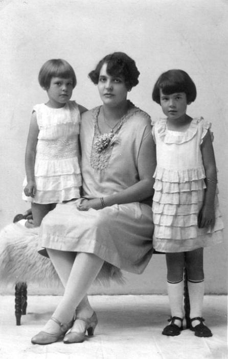 Беременная женщина с детками в красивых нарядах.