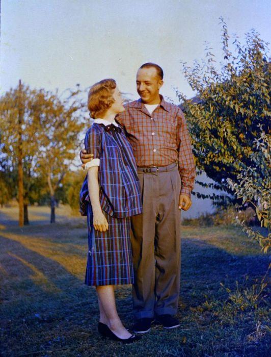 Любящий мужчина обнял свою женщину и не сводит с неё глаз.