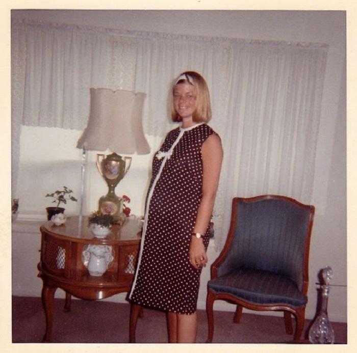 Дама в платье в горошек в домашней обстановке.
