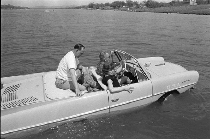 Президент Линдон Джонсон за рулем своего автомобиля-амфибии. 1965 год.