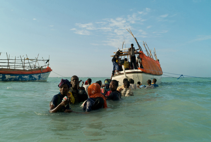 Беженцы оглядываются на пляж Шимбиро в надежде увидеть там своих потерявшихся друзей и родственников. Судьба этих беженцев известна. Только 11 человек сумели добраться до берегов Йемена живыми. Из серии «Миллион шиллингов – побег из Сомали». Фотограф Alixandra Fazzina.