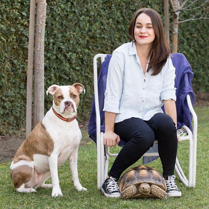 Благодаря любви и заботе хозяйки, эта удивительная дружба собаки и черепахи длится уже на протяжении 6-ти лет.