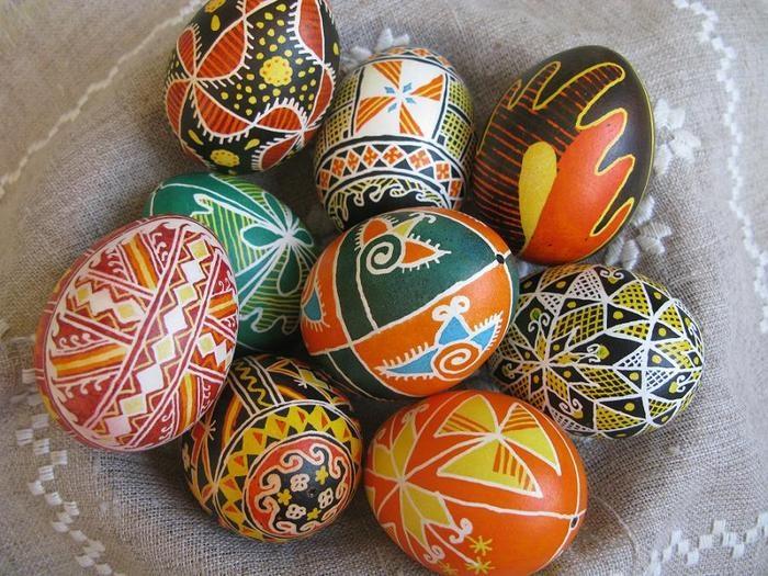 Искусно расписанные пасхальные яйца.
