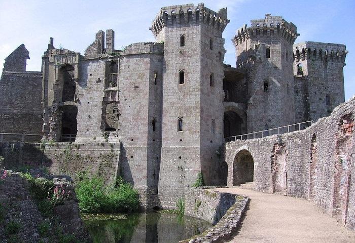 Каменный замок построен в 13 веке, где основным его отличием была необычная большая круглая башня.