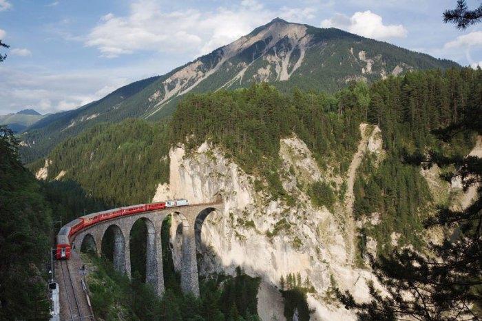 Железная дорога на отрезке Альбула - Бернина, представляет из себя две исторических железнодорожных ветки, которые пересекают швейцарские Альпы.