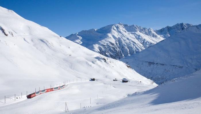 Экспресс, соединяющий железнодорожные станции двух крупнейших горных курортов Св. Морица и Церматта в швейцарских Альпах.