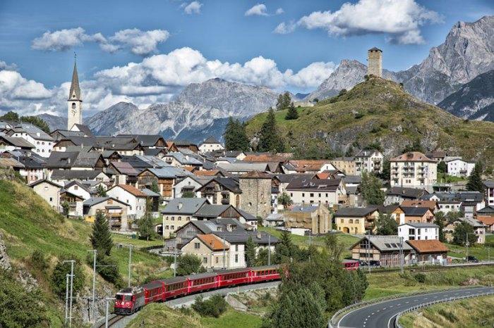 Линия одноколейного пути в Кантоне Graubunden, Швейцария.