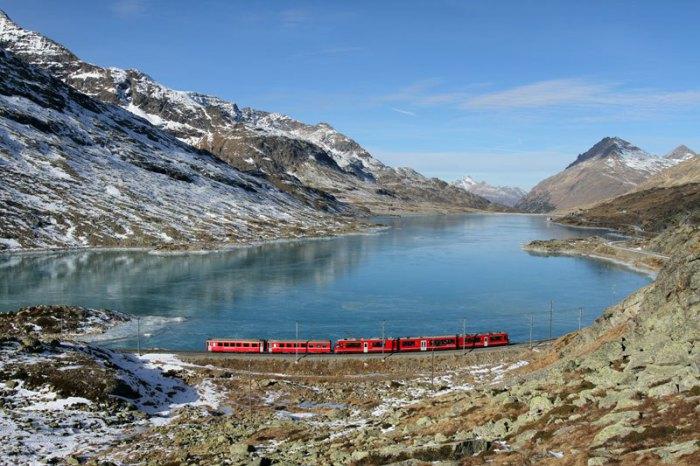 Цветущие зеленые долины  чередуются с заснеженными ледниками на вершинах.
