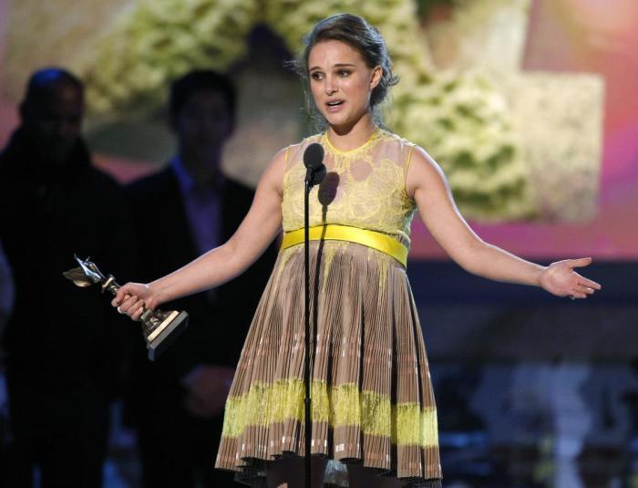 Яркая американская кино- и театральная актриса, отличающаяся своеобразным стилем в выборе модных ансамблей одежды.