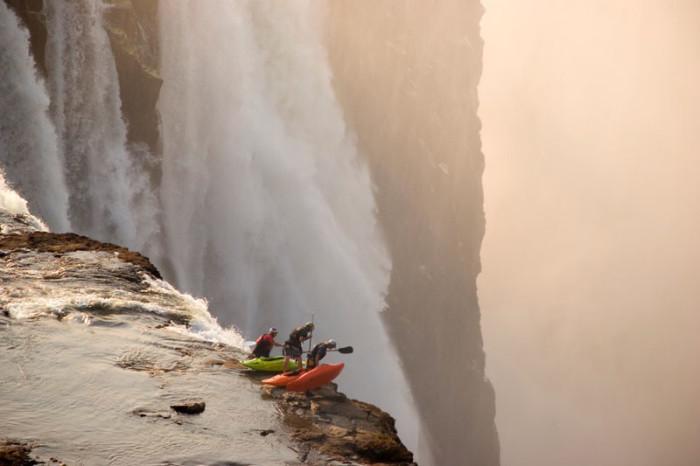 Смельчаки на краю водопада. Фото: Дезре Тейт.