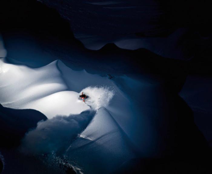 Спортсмен съезжает по свежему снегу в горах Тордрильо Маунтинс на Аляске. Фото: Скотт Серфэз.