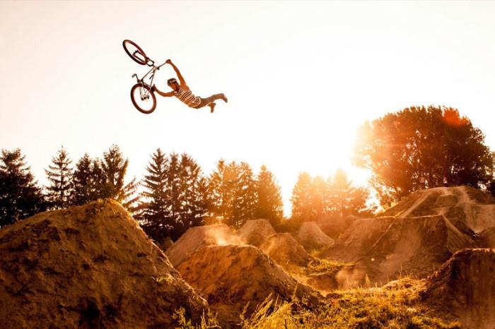 Парень, взлетевший в воздух вместе со своим «железным конем». Фото: Кристоф Лауэ.