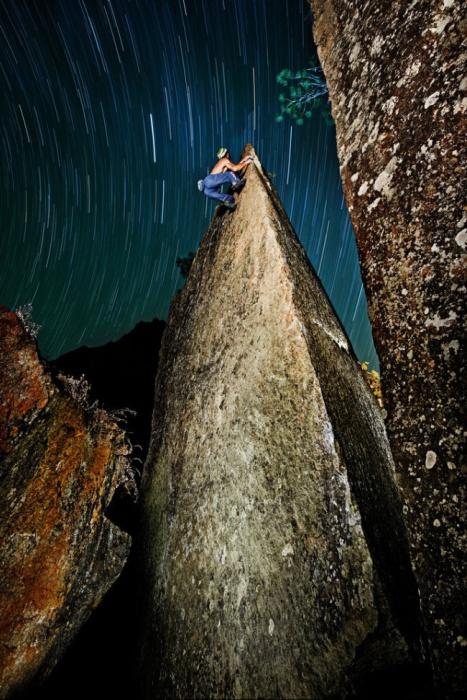 Скалолаз взобрался на валун высотой 15 метров. Фото: Рэй Дэмски.