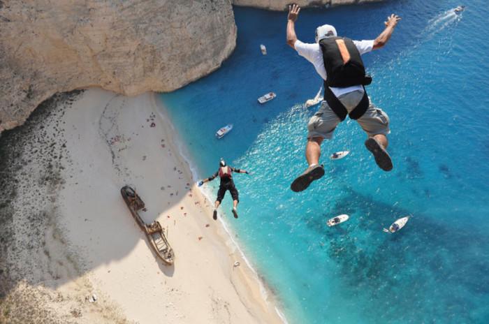 Прыжки на острове Закинтос в Греции на соревновании «ProBase Shipwreck Boogie». Фото: Димитриос Контизас.