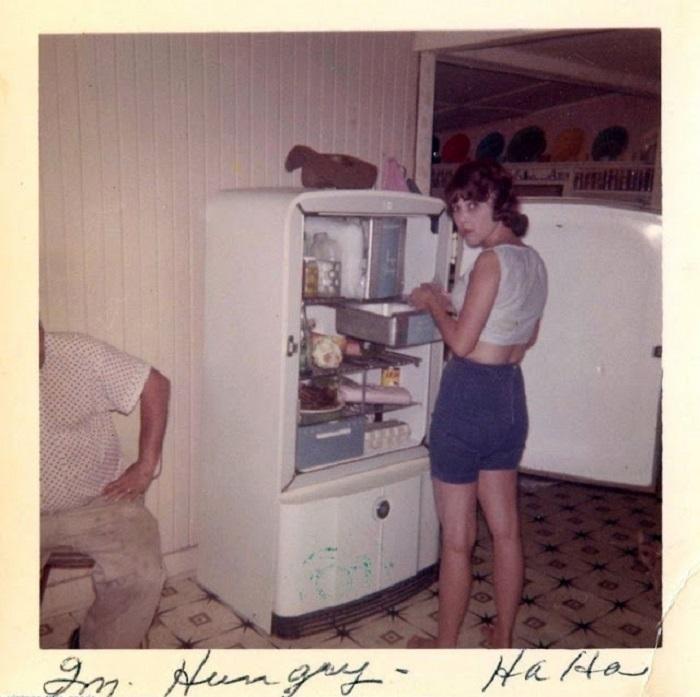 Кто-то подловил свою родственницу, которая пыталась перекусить прямо у холодильника.