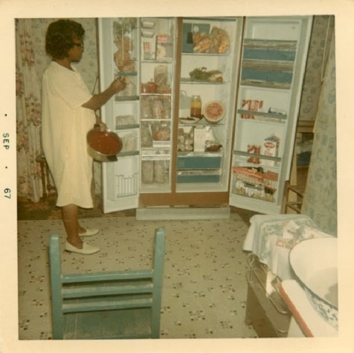 Американская хозяйка с гордостью демонстрирует содержимое своего модного и огромного холодильника.